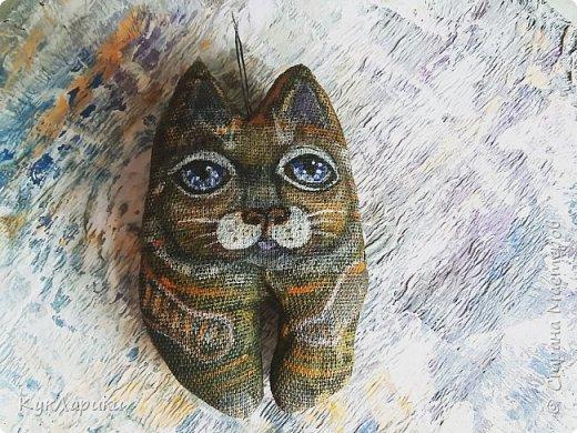 Всем Привет!В перерывах между куклами и Домовыми я рисую или шью таких маленьких смешных котов.Они могут быть подвеской куда угодно.Или  фото 2