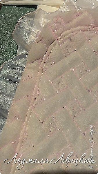 """Здравствуйте, жители и гости Страны Мастеров! Очень скоро у моей племянницы родится девочка и на выписку из роддома я решила сшить для неё вот такой комплект. (Кстати, сюда ещё прилагаются распашонки, пеленки из белого батиста и фланельки (их я украсила нежным батистовым шитьем белого цвета и нежной вышивкой розового цвета, и специальная пеленочка из тончайшего батиста ( в народе называется """"уголок"""" для того, чтобы закрыть личико). Их я , к сожалению, не сфотографировала. А это тепленький чепчик и одеялко. Я хотела вначале сшить конверт, но потом решила, что конверт-предмет малопрактичный: он годится в первые месяц, отсилы два месяца, а одеялко можно использовать очень долго. Можно потом укрывать ребеночка и в коляске, и в кроватке, да и просто расстелить где-нибудь, чтобы он на нем лежал, ползал... фото 16"""