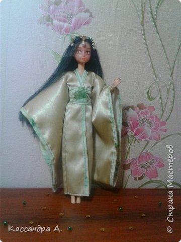 """Приветстую тебя, гость! Как видно по заголовку, сегодня я сдаю кимоно на <ahref=""""http://stranamasterov.ru/node/1042939?tid=2174"""">конкурс</a> """"Япония""""! Это моё первое участие в конкурсе.    На это дело я потратила огромный кусок золотистой ткани и шесть дней.    Моей моделью сегодня будет Раувольфия. фото 9"""