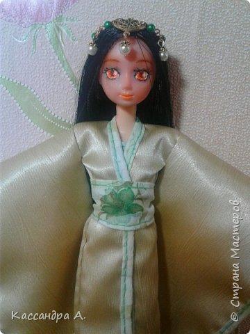 """Приветстую тебя, гость! Как видно по заголовку, сегодня я сдаю кимоно на <ahref=""""http://stranamasterov.ru/node/1042939?tid=2174"""">конкурс</a> """"Япония""""! Это моё первое участие в конкурсе.    На это дело я потратила огромный кусок золотистой ткани и шесть дней.    Моей моделью сегодня будет Раувольфия. фото 2"""
