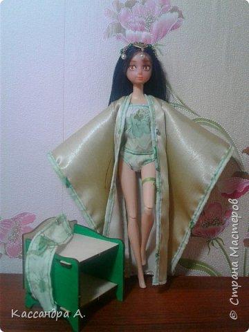 """Приветстую тебя, гость! Как видно по заголовку, сегодня я сдаю кимоно на <ahref=""""http://stranamasterov.ru/node/1042939?tid=2174"""">конкурс</a> """"Япония""""! Это моё первое участие в конкурсе.    На это дело я потратила огромный кусок золотистой ткани и шесть дней.    Моей моделью сегодня будет Раувольфия. фото 3"""