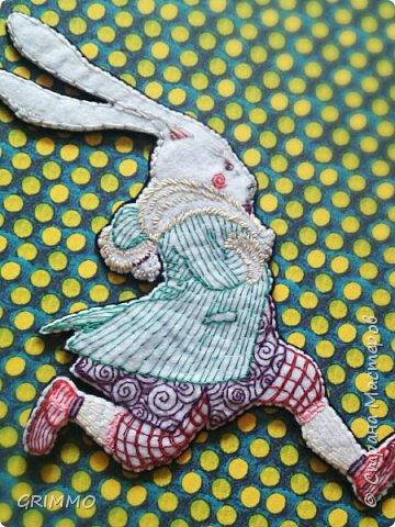 """""""Вдруг мимо пробежал Белый Кролик с красными глазами. Конечно, ничего удивительного в этом не было. Правда, Кролик на бегу говорил: - Ах, боже мой, боже мой! Я опаздываю."""" фото 1"""