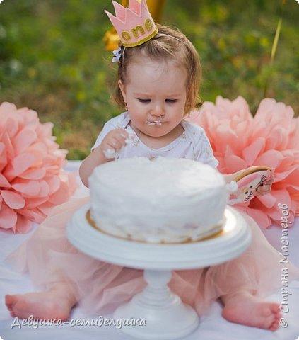 На первый День рождения моей внучки Ксюши мы устроили вечеринку в формате «Cake Smash» (англ. — «крушение торта»). Идеи по проведению вечеринки принадлежат Ксюшиной маме — Асе (моей старшей дочери). Смысл этой вечеринки в том, что первый в жизни ребёнка торт даётся  именно малышу, а не гостям. И именинник сам решает, что с ним делать. фото 19