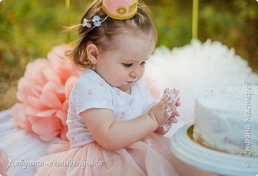 На первый День рождения моей внучки Ксюши мы устроили вечеринку в формате «Cake Smash» (англ. — «крушение торта»). Идеи по проведению вечеринки принадлежат Ксюшиной маме — Асе (моей старшей дочери). Смысл этой вечеринки в том, что первый в жизни ребёнка торт даётся  именно малышу, а не гостям. И именинник сам решает, что с ним делать. фото 20