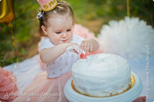 На первый День рождения моей внучки Ксюши мы устроили вечеринку в формате «Cake Smash» (англ. — «крушение торта»). Идеи по проведению вечеринки принадлежат Ксюшиной маме — Асе (моей старшей дочери). Смысл этой вечеринки в том, что первый в жизни ребёнка торт даётся  именно малышу, а не гостям. И именинник сам решает, что с ним делать. фото 21
