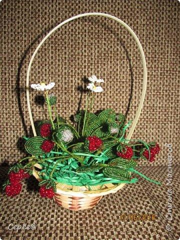 Ещё одна композиция, на тему ягод из бисера. Конечно в подарок. Надеюсь что понравится.  фото 3