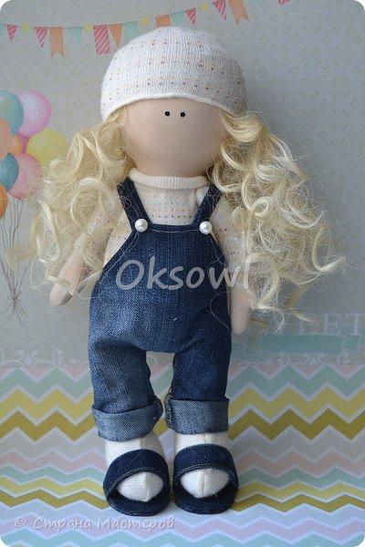 Моя первая куколка Лёля. Малышка-непоседа. Одежа из носков и старых джинс. Может кто знает, как справлятся с кудрявыми трессами? В интернете такие красивые локоны, а у меня все путаются и пушаться, как будто этой куклой уже поиграли и не однажды.(