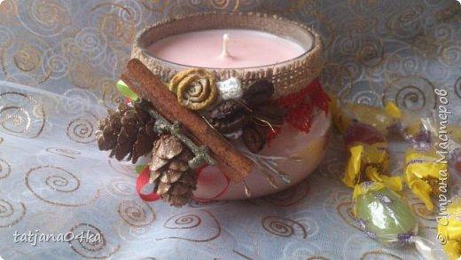частенько под свечи использую банки,,,,оригинально ,,,,симпатично и вполне подходят  для подарков на Новогодние праздники,,не выбрасывайте  банки а пустите во вторичное использование,,для украшения подойдёт всё что дома можно найти,,,,,пуговицы,ленточки, тесёмочки,бусины,зёрна кофе,,,,насушите дольки лимона, яблок, сделайте себе выходной и сходите в лес за шишками,,,,творчество которое принесёт радость фото 3