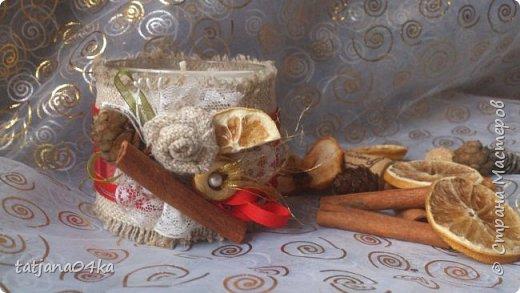 частенько под свечи использую банки,,,,оригинально ,,,,симпатично и вполне подходят  для подарков на Новогодние праздники,,не выбрасывайте  банки а пустите во вторичное использование,,для украшения подойдёт всё что дома можно найти,,,,,пуговицы,ленточки, тесёмочки,бусины,зёрна кофе,,,,насушите дольки лимона, яблок, сделайте себе выходной и сходите в лес за шишками,,,,творчество которое принесёт радость фото 9
