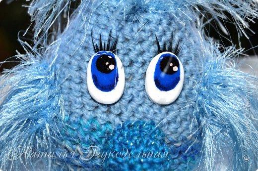 Весной на меня напала какая-то глазная болезнь, как врач сказал вирус и не то, чтобы запретил, но рекомендовал ограничить общение с компьютером и телевизором, поэтому пришлось заниматься вязанием. Просто взяла нитки и связала двух пташек. Первая пташек была на Валентина http://stranamasterov.ru/node/1001758  Хотела соединить травку и гладкую пряжу. Потом долго правда не могла ничего сделать с глазами, покупать было жалко денег и я решила их сделать. Но вязать проще, чем наделать глазок, поэтому доделала пташек я месяца через два только фото 3