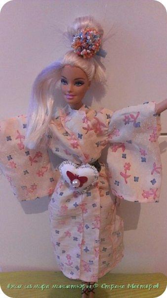 """Здравствуй СМ. Это моя работа на конкурс """" Япония"""" Вот ссылка http://stranamasterov.ru/node/1042939  Давайте посмотрим, что получилось. Это Элисс, для нее сшилось такое кимоно. На голове, прическа украшена пуговицей из бусин. фото 1"""