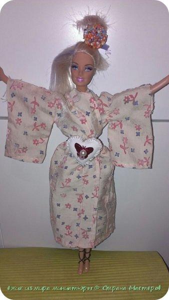 """Здравствуй СМ. Это моя работа на конкурс """" Япония"""" Вот ссылка http://stranamasterov.ru/node/1042939  Давайте посмотрим, что получилось. Это Элисс, для нее сшилось такое кимоно. На голове, прическа украшена пуговицей из бусин. фото 2"""