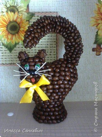 Здравствуйте! Хочу показать своих котов. Думаю многие видели подобного котика в интернете (http://gallery.ru/watch?ph=GVX-ewAsr). Я долго искала в Стране Мастеров мастер-класс по созданию такого кота, но не нашла.Опыт работы с кофейными зернами у меня уже был и я попробовала сделать сама. Вот что получилось. Симпатичная кошечка и шкодный котенок)) Результатом очень довольна, особенно мне нравятся их пушистые хвосты.  фото 4