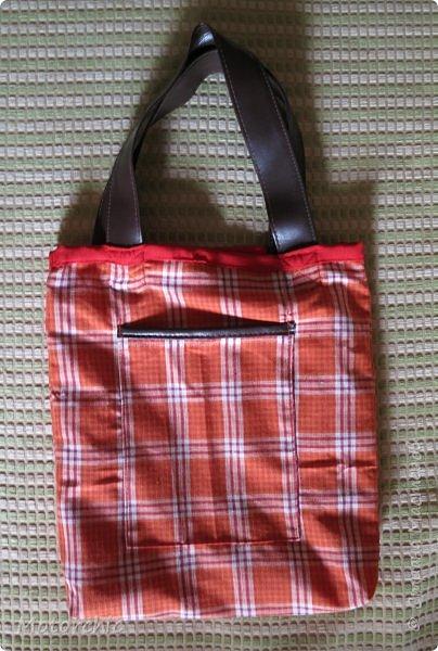 Люблю я эко-сумки. Во-первых, это забота об экологии (меньше пакетов будет куплено и выброшено); во-вторых, они легко шьются; а в-третьих, для их пошива и декора можно использовать все, что есть под рукой. Сегодня у меня сшилась вот такая ярко-красная сумочка с аппликацией. фото 5