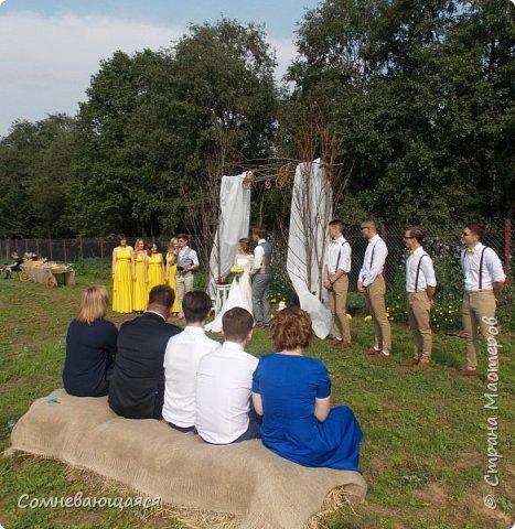 Здравствуйте, все-все-все! 30 июля произошло знаменательное событие - крестница моего мужа Анюта вышла замуж. Свадьба была в необычном для нас экостиле За несколько дней нас предупредили, что в одежде предпочтительнее желтые и лавандовые цвета. С одеждой как-то у нас не сложилось, а вот шкатулку я все-таки сделала лавандовой с шампанью, правда, без желтого цвета. Шкатулку я просто-напросто забыла сфотографировать. Дома фотоаппарат отсутствовал, ребенок увезла с собой в Москву (там же и свадьба была). Приехав попозже и имея в запасе сутки, я так и не вспомнила о том, что надо запечатлеть. Потом, когда уже подарила, резко вспомнила. Молодожены пожелали, чтобы первым снимком  был снимок шкатулки в их руках))) Анюта и Артем держат подарок. фото 8