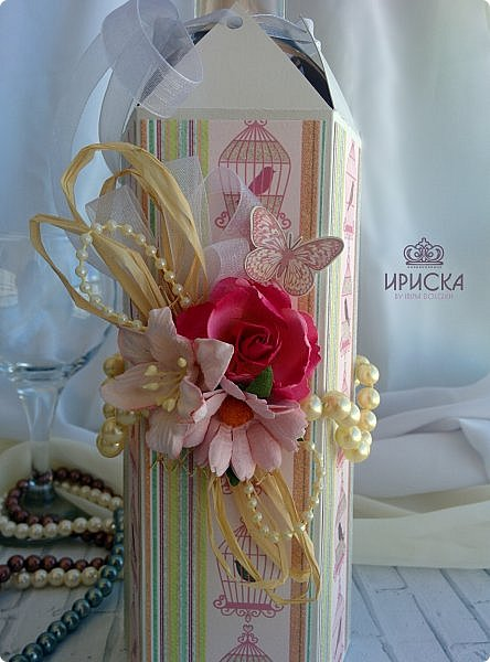 упаковка бутылки на жемчужную свадьбу - 30 лет. в основе дизайнерский картон, скрапбумага. для декора использован жемчуг в нитях большого и маленького диаметра, рафия, ленты, сетка, цветы фото 3