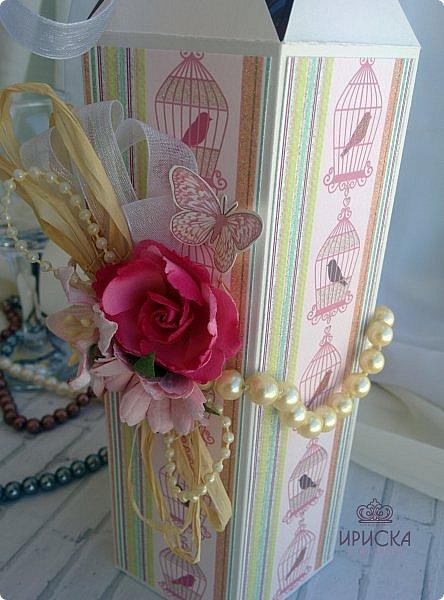 упаковка бутылки на жемчужную свадьбу - 30 лет. в основе дизайнерский картон, скрапбумага. для декора использован жемчуг в нитях большого и маленького диаметра, рафия, ленты, сетка, цветы фото 4