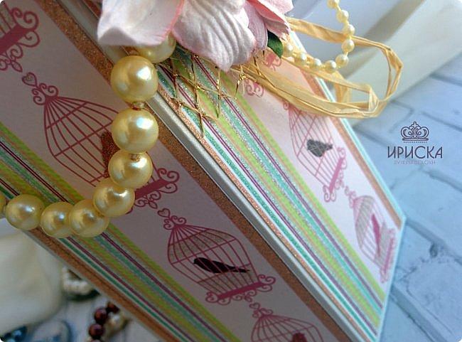 упаковка бутылки на жемчужную свадьбу - 30 лет. в основе дизайнерский картон, скрапбумага. для декора использован жемчуг в нитях большого и маленького диаметра, рафия, ленты, сетка, цветы фото 6