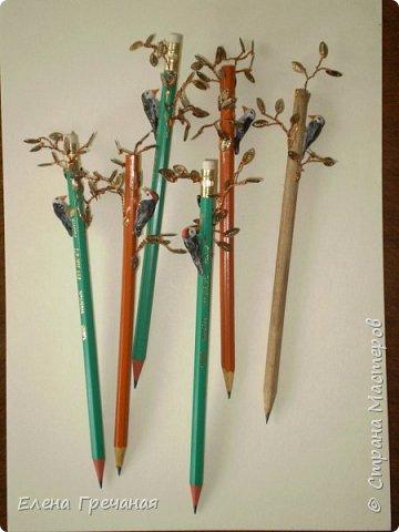 Идея не моя, видела где-то на просторах интернета подобные вещи, только валяные птицы были. Но у меня валяные получаются минимум сантиметра три в высоту, а для карандаша это великовато.  Потому  сделала дятлов из пластики. Вот такие карандаши - сувениры у меня получились. фото 1