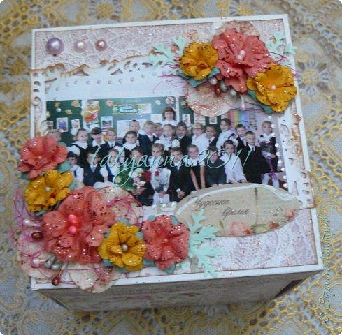 Доброго времени суток всем) Этой весной моя старшая дочка закончила 4 класс, и для нашей теперь уже бывшей учительницы я сделала вот такой мэджик бокс по мастер-классу             http://yulyakuznezowa.blogspot.ru/2015/09/magic-box.html                                                Пришлось конечно повозиться, из материала взяла ватман белого цвета, самодельные цветы, разную вырубку. Вот что получилось) фото 2