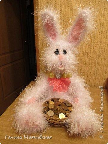 """Привет всем! Сегодня на счастье и на удачу- заяц с деньгами! Размер зайчика ок. 40 см, пряжа - """" травка"""" и  розовый акрил, проволочный каркас. фото 1"""