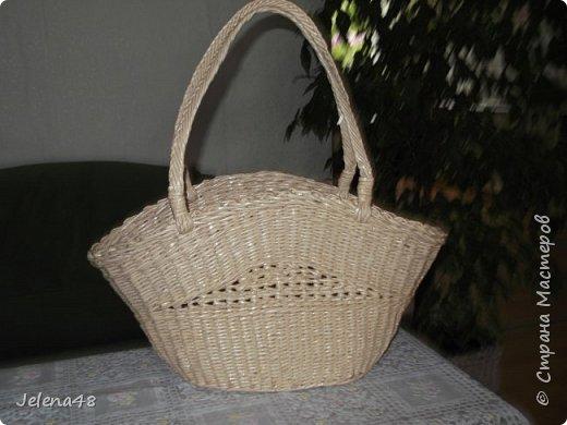 Добрый вечер ! Сплела сумочку для невестки . Трубочки крутила из белой бумаги . Красила трубочки : грунтовка + вода + крутая заварка чая .   фото 1
