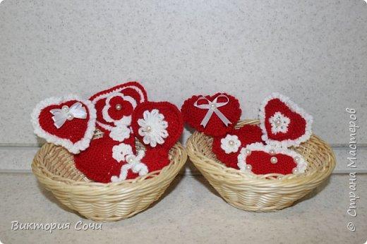 Милые вязаные сердечки можно подарить на любой праздник. Можно просто украсить ими дом, или сделать интересную композицию. Все зависит от вашей фантазии!!! Очень поднимает настроение!!! Декор придумывала сама, но у вас могут быть и другие идеи. Дерзайте!!! фото 1