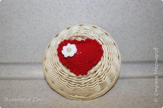 Милые вязаные сердечки можно подарить на любой праздник. Можно просто украсить ими дом, или сделать интересную композицию. Все зависит от вашей фантазии!!! Очень поднимает настроение!!! Декор придумывала сама, но у вас могут быть и другие идеи. Дерзайте!!! фото 12
