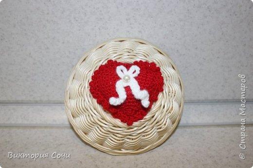 Милые вязаные сердечки можно подарить на любой праздник. Можно просто украсить ими дом, или сделать интересную композицию. Все зависит от вашей фантазии!!! Очень поднимает настроение!!! Декор придумывала сама, но у вас могут быть и другие идеи. Дерзайте!!! фото 14