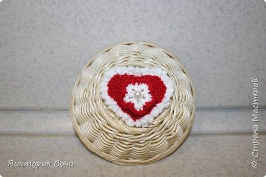 Милые вязаные сердечки можно подарить на любой праздник. Можно просто украсить ими дом, или сделать интересную композицию. Все зависит от вашей фантазии!!! Очень поднимает настроение!!! Декор придумывала сама, но у вас могут быть и другие идеи. Дерзайте!!! фото 15