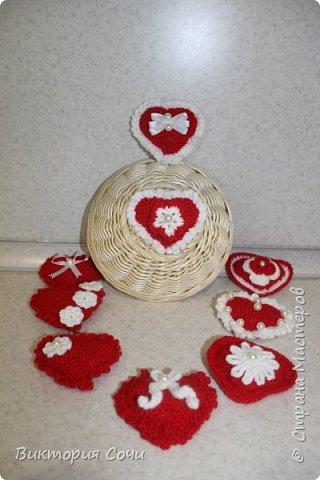 Милые вязаные сердечки можно подарить на любой праздник. Можно просто украсить ими дом, или сделать интересную композицию. Все зависит от вашей фантазии!!! Очень поднимает настроение!!! Декор придумывала сама, но у вас могут быть и другие идеи. Дерзайте!!! фото 16