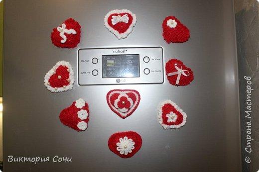 Милые вязаные сердечки можно подарить на любой праздник. Можно просто украсить ими дом, или сделать интересную композицию. Все зависит от вашей фантазии!!! Очень поднимает настроение!!! Декор придумывала сама, но у вас могут быть и другие идеи. Дерзайте!!! фото 17