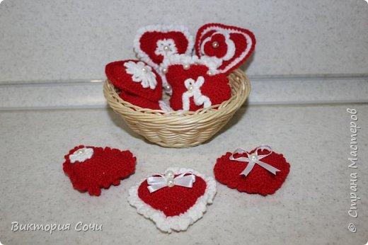 Милые вязаные сердечки можно подарить на любой праздник. Можно просто украсить ими дом, или сделать интересную композицию. Все зависит от вашей фантазии!!! Очень поднимает настроение!!! Декор придумывала сама, но у вас могут быть и другие идеи. Дерзайте!!! фото 3