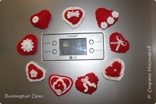 Милые вязаные сердечки можно подарить на любой праздник. Можно просто украсить ими дом, или сделать интересную композицию. Все зависит от вашей фантазии!!! Очень поднимает настроение!!! Декор придумывала сама, но у вас могут быть и другие идеи. Дерзайте!!! фото 4