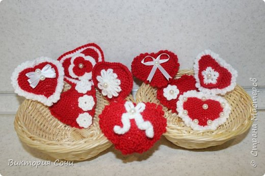 Милые вязаные сердечки можно подарить на любой праздник. Можно просто украсить ими дом, или сделать интересную композицию. Все зависит от вашей фантазии!!! Очень поднимает настроение!!! Декор придумывала сама, но у вас могут быть и другие идеи. Дерзайте!!! фото 6