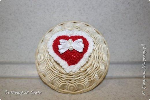 Милые вязаные сердечки можно подарить на любой праздник. Можно просто украсить ими дом, или сделать интересную композицию. Все зависит от вашей фантазии!!! Очень поднимает настроение!!! Декор придумывала сама, но у вас могут быть и другие идеи. Дерзайте!!! фото 8