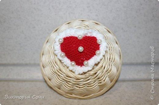 Милые вязаные сердечки можно подарить на любой праздник. Можно просто украсить ими дом, или сделать интересную композицию. Все зависит от вашей фантазии!!! Очень поднимает настроение!!! Декор придумывала сама, но у вас могут быть и другие идеи. Дерзайте!!! фото 9