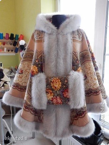 """Это сшитые на заказ из русских платков Пончо """"""""Весеннее Утро"""" Комплект для Мамы и Дочки. Все изделия утеплены шерстипоном, комфортно зимой до -25 градусов. Мех - искусственный, под натуральный, очень хорошего качества.  фото 3"""