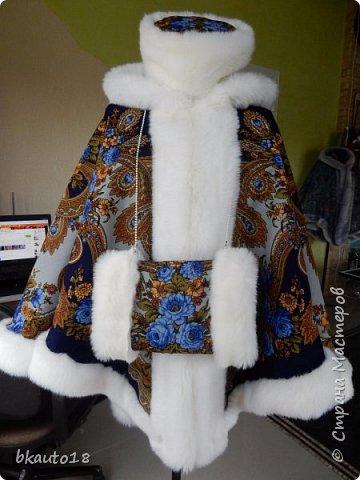 """Это сшитые на заказ из русских платков Пончо """"""""Весеннее Утро"""" Комплект для Мамы и Дочки. Все изделия утеплены шерстипоном, комфортно зимой до -25 градусов. Мех - искусственный, под натуральный, очень хорошего качества.  фото 8"""