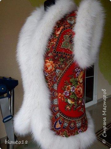 """Это сшитые на заказ из русских платков Пончо """"""""Весеннее Утро"""" Комплект для Мамы и Дочки. Все изделия утеплены шерстипоном, комфортно зимой до -25 градусов. Мех - искусственный, под натуральный, очень хорошего качества.  фото 4"""