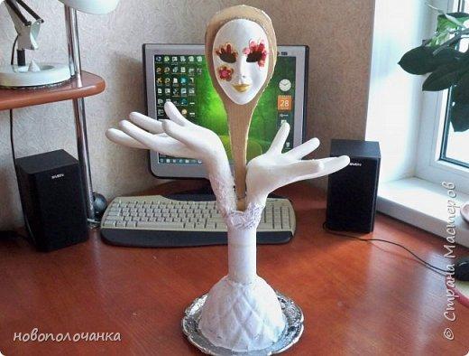 """Моя племянница попросила сделать подставку для бус, где  бусы висели, а не лежали   в шкатулке  и попросила сделать  в виде рук или дерева с грибочком. Идею с деревом я сразу  не стала даже  рассматривать, а идея рук мне понравилась.   Перед предложением племянницы мне очень понравилась картина из кожи """"Венецианский карнавал"""". http://stranamasterov.ru/node/1034477  Только идея, а остальное придумывалось  в ходе работы. Спасибо за идею!!!  фото 47"""
