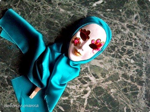 """Моя племянница попросила сделать подставку для бус, где  бусы висели, а не лежали   в шкатулке  и попросила сделать  в виде рук или дерева с грибочком. Идею с деревом я сразу  не стала даже  рассматривать, а идея рук мне понравилась.   Перед предложением племянницы мне очень понравилась картина из кожи """"Венецианский карнавал"""". http://stranamasterov.ru/node/1034477  Только идея, а остальное придумывалось  в ходе работы. Спасибо за идею!!!  фото 62"""