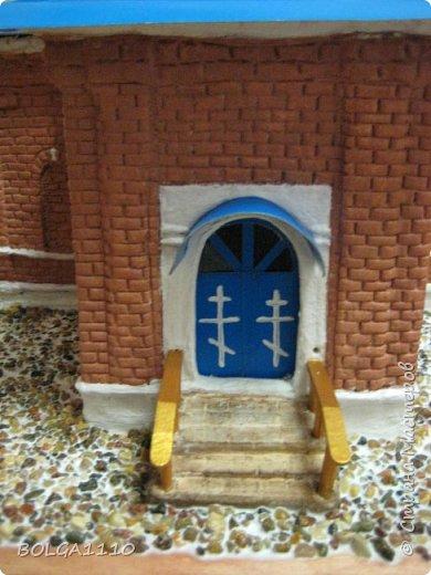 К приезду митрополита  ,мы с ребятками из воскресной школы сделали макет нашего храма.Маштаб 1:50.Фото делали в спешке,ещё ПВА ,которым приклеевали грунт, не высох. фото 5