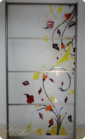 """Раздвижная дверь""""Цветные блики"""". Эта дверь отлично экономит пространство в маленькой квартирке и является неотъемлемой частью интерьера. Профиль для раздвижной двери выбран в цвете """"Шампань """", рисунок выполнен профессиональными материалами в технике заливного витража. фото 1"""