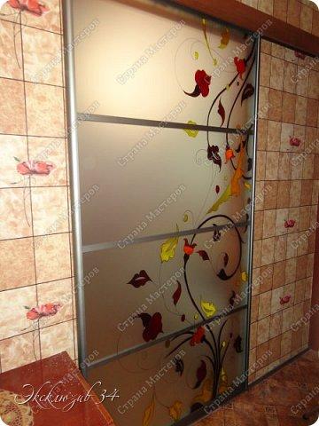 """Раздвижная дверь""""Цветные блики"""". Эта дверь отлично экономит пространство в маленькой квартирке и является неотъемлемой частью интерьера. Профиль для раздвижной двери выбран в цвете """"Шампань """", рисунок выполнен профессиональными материалами в технике заливного витража. фото 2"""