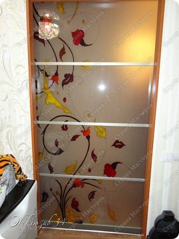 """Раздвижная дверь""""Цветные блики"""". Эта дверь отлично экономит пространство в маленькой квартирке и является неотъемлемой частью интерьера. Профиль для раздвижной двери выбран в цвете """"Шампань """", рисунок выполнен профессиональными материалами в технике заливного витража. фото 3"""