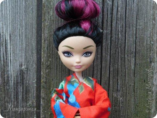 """Всем привет!Сегодня я сдаю работу на конкурс """"Япония""""Ссылка - http://stranamasterov.ru/node/1042939?c=favorite (Загружаю её уже 4 раз)Для конкурса я сшила кимоно из красной ткани с цветочным орнаментом и пояс из бордовой и чёрной ленты.Моделью выступает Бель, кукла моей сестры. фото 1"""