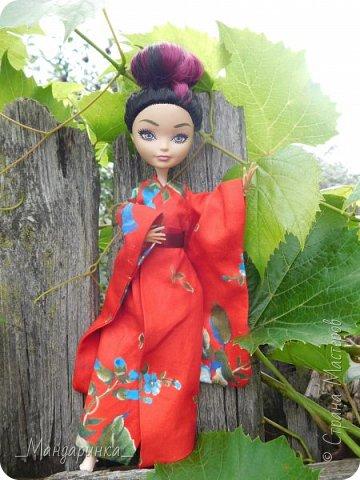 """Всем привет!Сегодня я сдаю работу на конкурс """"Япония""""Ссылка - http://stranamasterov.ru/node/1042939?c=favorite (Загружаю её уже 4 раз)Для конкурса я сшила кимоно из красной ткани с цветочным орнаментом и пояс из бордовой и чёрной ленты.Моделью выступает Бель, кукла моей сестры. фото 2"""