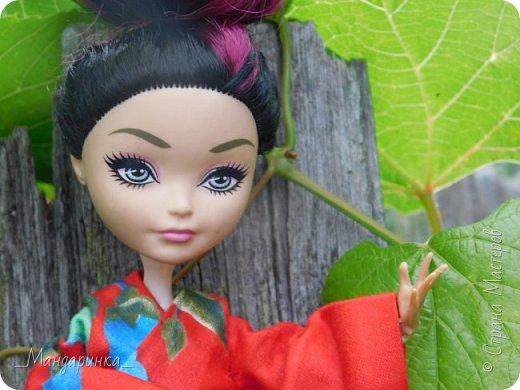 """Всем привет!Сегодня я сдаю работу на конкурс """"Япония""""Ссылка - http://stranamasterov.ru/node/1042939?c=favorite (Загружаю её уже 4 раз)Для конкурса я сшила кимоно из красной ткани с цветочным орнаментом и пояс из бордовой и чёрной ленты.Моделью выступает Бель, кукла моей сестры. фото 3"""