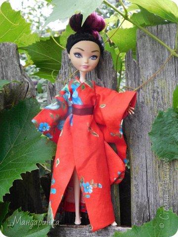 """Всем привет!Сегодня я сдаю работу на конкурс """"Япония""""Ссылка - http://stranamasterov.ru/node/1042939?c=favorite (Загружаю её уже 4 раз)Для конкурса я сшила кимоно из красной ткани с цветочным орнаментом и пояс из бордовой и чёрной ленты.Моделью выступает Бель, кукла моей сестры. фото 4"""